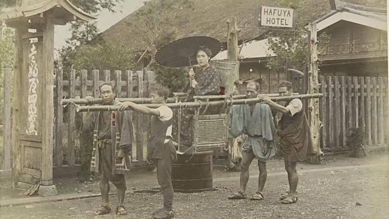 お神輿みたいな椅子駕籠、乗合馬車…明治時代のレトロな乗り物・人々の交通手段を紹介