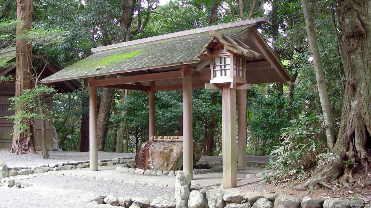 """神社にある「手水舎」では何で手と口を清めるの?日本神話の神様もおこなった""""禊""""とは"""