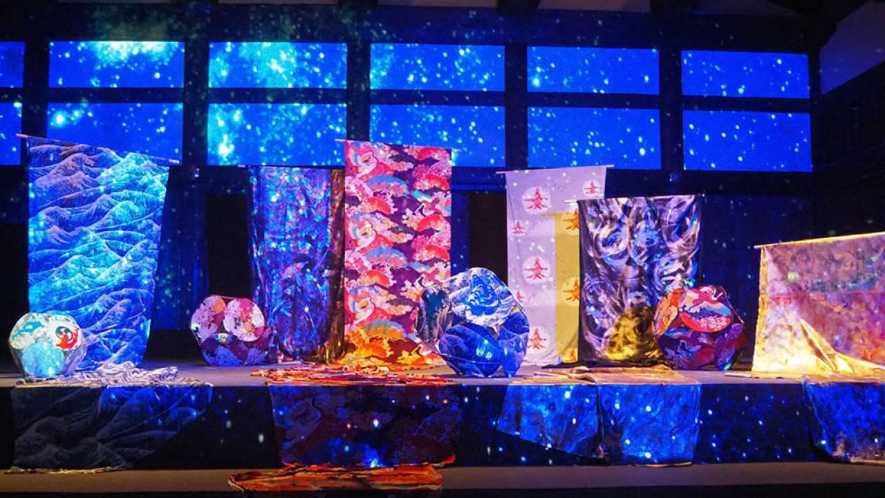 京友禅×ネイキッドのコラボアートが二条城で発表。京友禅の花々が夜空に打ち上がる