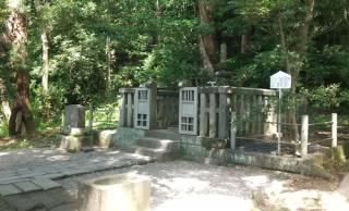 いつからそこに?大河ドラマ「鎌倉殿の13人」主人公・北条義時の墓が頼朝公の隣に!?