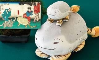 謎可愛い♡歌川芳員の浮世絵に登場するあの謎の動物「虎子石」がポーチ&クッションになった!